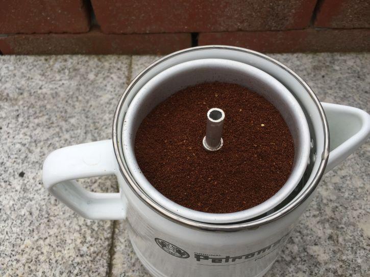 Einfüllen des Kaffeepulvers